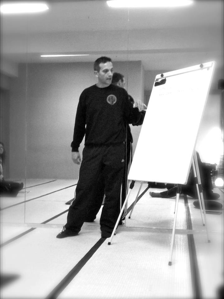 Reiki Master Graziano Scarascia durante una lezione di Reiki